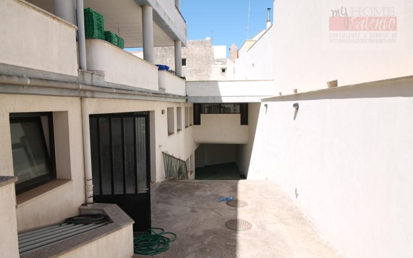 Blocco unico appartamenti, garage e locali commerciali